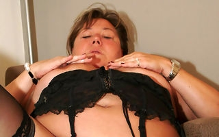Big mature mama playing with herself